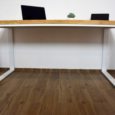 biurko z dębowym blatem